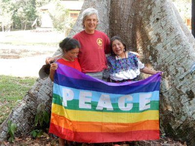 Grootmoeder Tomasa en Grootmoeder Poxita uit Guatamala komen naar de Human World Summit.